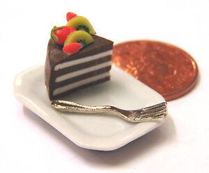 1-12-Scale-Slice-Of-Cake-On-A-Ceramic-Plate-Dolls-House-Miniature-Accessory-SC28
