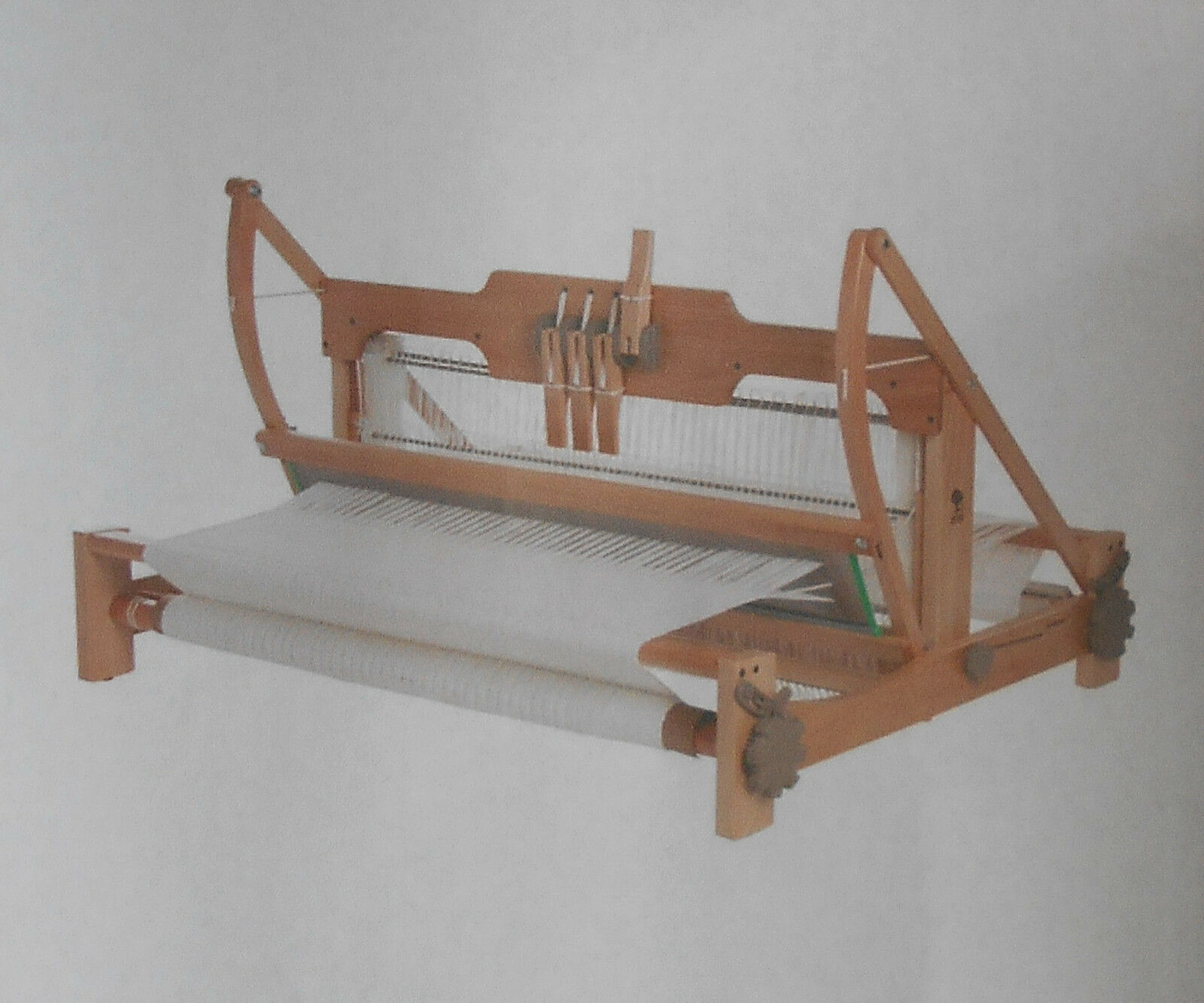 Single beam loom swinging beater