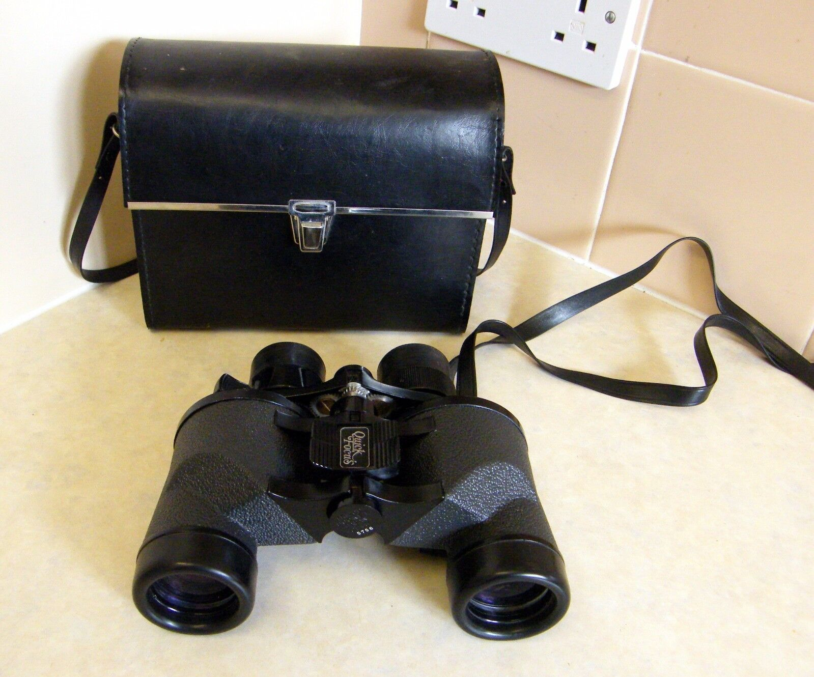 Falcon Zoom Quick Focus Binoclars 6 to 18 power 35mm with leather case