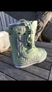 BRAND NEW Women's Vans Sparrow Snowboard boots Size 7