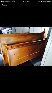 Queen sleigh bed great condition