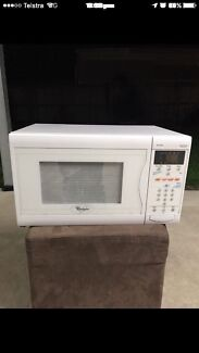 Whirlpool 1330 watt microwave in good working condition $90