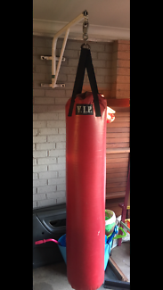 Large heavy bag, Boxing bag with him Bradley wall bracket