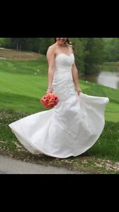Drop-dead gorgeous, like new, wedding dress, veil.  London Ontario image 4