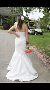 Drop-dead gorgeous, like new, wedding dress, veil.  London Ontario image 3