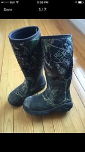 Arctic Pro Muck boots -- size 9 -- MAKE AN OFFER -- Need to go
