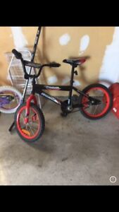 Boys bike in good condition (training wheels included)