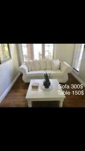 Sofa blanc en tissu et table de bois massif blanche