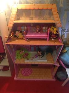 Large la la loopsy dolls house and 5 dolls and bed Boronia Knox Area Preview