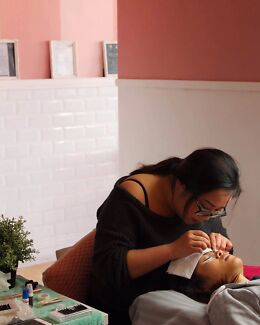 Learn how to do  eyelash extensions melb