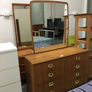 BEAUTIFUL YET CLASSIC OAK COLOUR MIRRORED CHEST DRAWER Joondalup Joondalup Area Preview