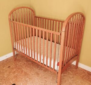 Lit de bébé  et commode table à langer