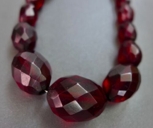 LOVELY, ANTIQUE, FACETED CHERRY AMBER BAKELITE GRADUATED, BEAD NECKLACE 23g