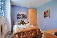 Ensemble de chambre à coucher, lit, bureau et armoire garde-robe