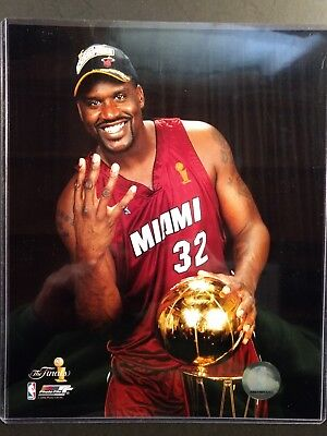 Shaquille O'Neal HOLDING 2006 NBA CHAMPIONSHIP TROPHY 8X10 PHOTO Miami Heat