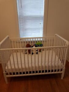 White Jenny Lind Crib in Great Condition and Organic Mattress