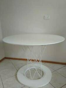 Excellent White Dining Table in Great Condition