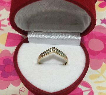 375 GOLD RING with DIAMONDS