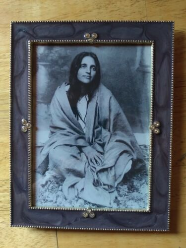 "BEAUTIFUL PURPLE FRAMED PHOTO ANANDAMAYI MA GURU INDIA METAL LAMINATE 7"" x 9"" 💜"