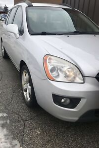 2008 Kia Rondo (4 cylinder, leather, sunroof, 7 seater)