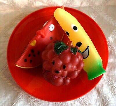 DOGGY FRUIT BOWL - SQUEAKY FRUIT THEMED TOYS SERVED ON A RED FRISBEE PLATE - Red Fruit Bowl