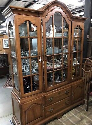 (Thomasville Fisher Park China Hutch Curio Display Cabinet Lighted Glass Shelves)