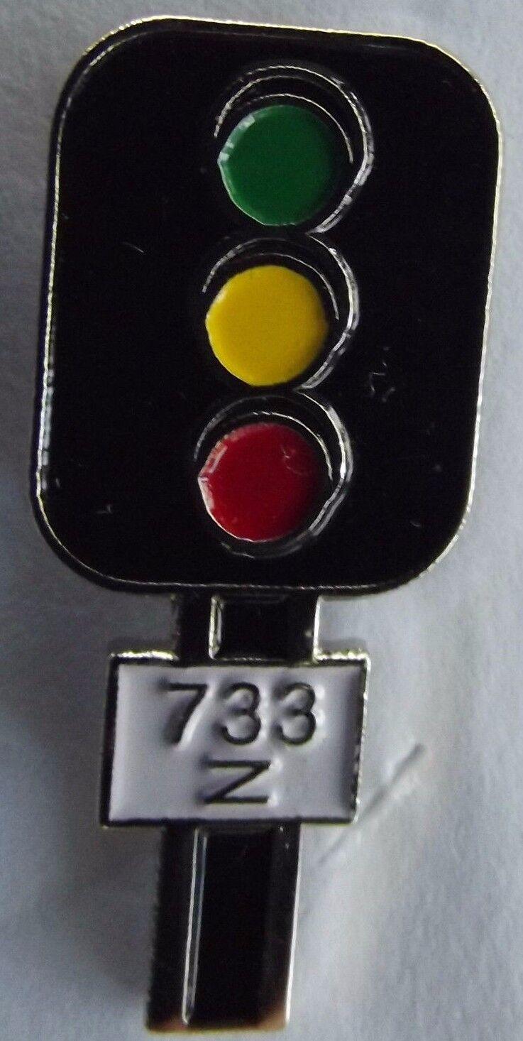 Railway Signal lights  --- Vintage lapel / hat pin badge.    H030703