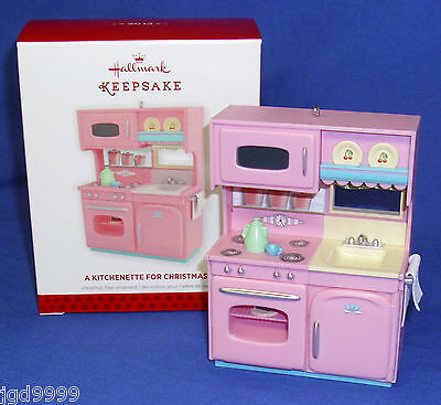 Hallmark Ornament A Kitchenette For Christmas 2013 Pink Kitchen Doors Open NIB ()