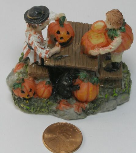 Ashland Halloween Tiny Treasures People Cutting Pumpkins No Package   C12