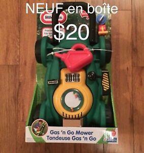 NEUF Tondeuse jouet Gas N' Go.  $20