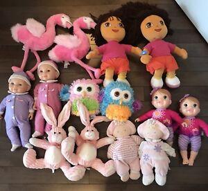 Lot de poupées et toutous de jumelles
