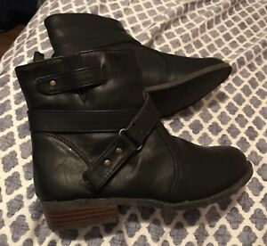 Girls brand new fall boots size 2. from old navy.$10