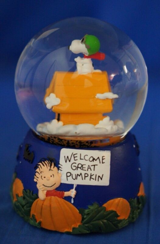 Snoopy Musical Snowglobe Figurine Schulz Peanuts Charlie Brown Great Pumpkin