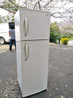 LG FRIDGE AND FREEZER 275L. GOOD CONDITION.WORKS WELL.MISSING ONE