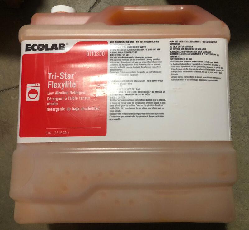 ECOLAB 6110356 Tri-Star Flexylite Laundry Detergent Plus - 2.5 Gallon Resealable