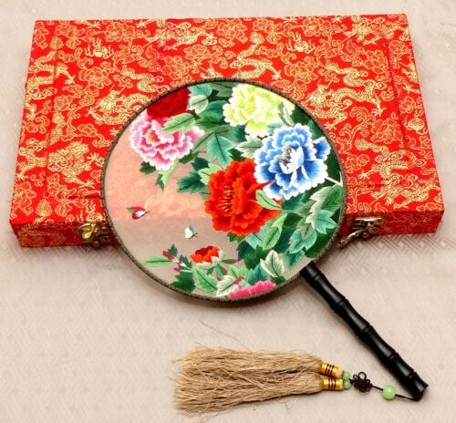 GORGEOUS VINTAGE BOXED HAND EMBROIDERED FLORAL ORNAMENTS CHINESE SILK ROUND FAN