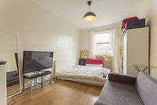 Lovely and large studio flat located just 8 minutes walk from Central Brixton - Lambert Road