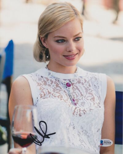 MARGOT ROBBIE SIGNED 8X10 PHOTO WOLF WALL STREET. BECKETT BAS AUTOGRAPH AUTO A