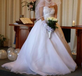 wedding dress size 8-10  with adjustable back for 170$ Carlisle Victoria Park Area Preview