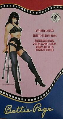 "Bettie Page Action Figure Set! ""Taking Pictures"" New in Box- Dark Horse Comics"