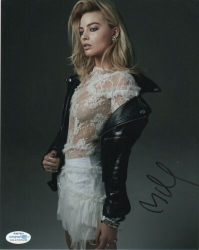 Margot Robbie Sexy Autographed Signed 8x10 Photo ACOA #23