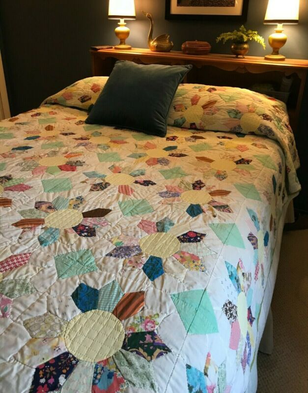 BEAUTIFUL VINTAGE HANDSTITCHED DRESDEN PLATE QUILT QUEEN SIZE W/ LIME GREEN BACK