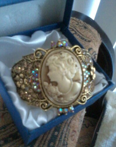 GORGEOUS VICTORIAN CAMEO AND AB BANGLE !  8.5