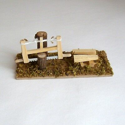 Krippenzubehör Holzplatz Hackstock mit Säge und Holzscheiten, Hauklotz 10cm Z009