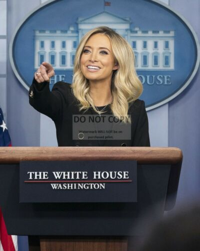 KAYLEIGH McENANY WHITE HOUSE PRESS SECRETARY FIRST BRIEFING - 8X10 PHOTO (BT334)