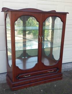 BEAUTIFUL SOLID WOOD 2 DOOR MIRRORED BACK CHINA CABINET