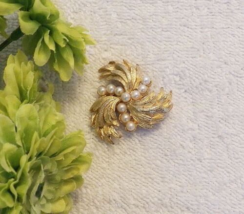 CLASSIC PIN BROOCH FLORAL WHIRL DESIGN PETAL SPRAY  FAUX PEARLS GOLD TONE DS3