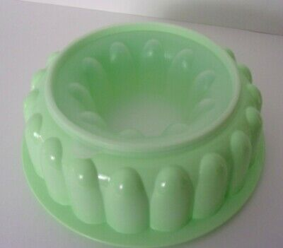 """Tupperware Vintage Green Fluted 9"""" Jello Gelatin Mold Ice Ring w/Clear Lid"""