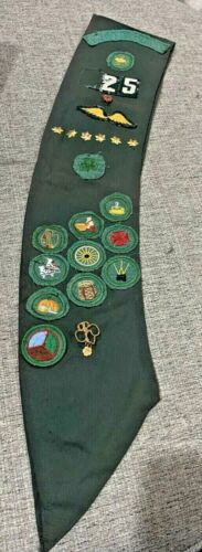 """Vintage 1950s or 60s Girl Scouts Green Sash 8 Pins 16 Patches Bethesda 24"""" Long"""