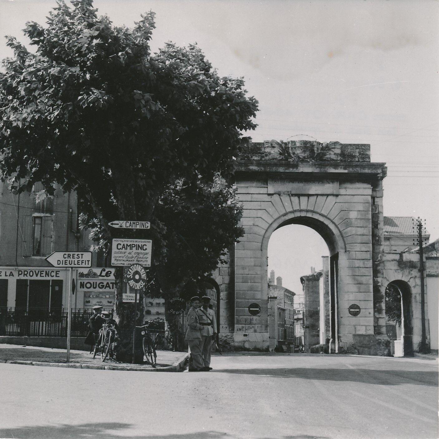 MONTÉLIMAR c. 1950 - Gendarmes  La Porte St Martin  Drôme - Div 7871